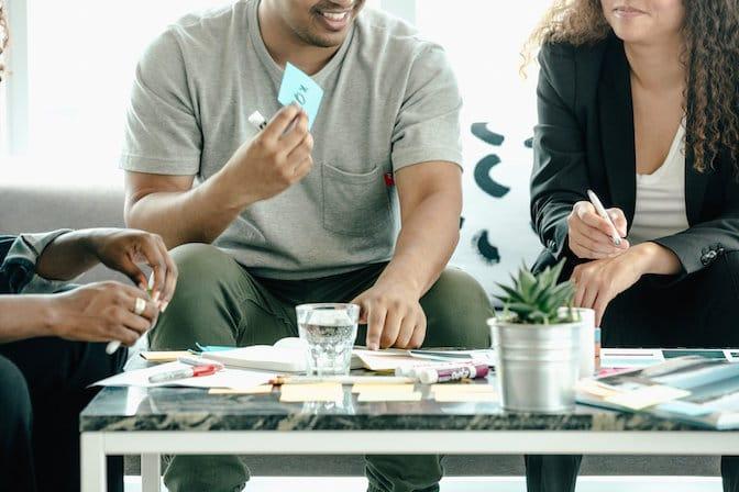 Il team cerca soluzioni e idee facendo brainstorming